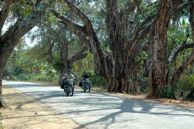 Llegando en las motos a Hampi
