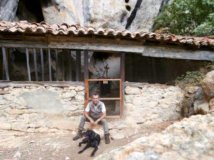 Con mi fiel Patán, a la puerta de la ermita de Socueva