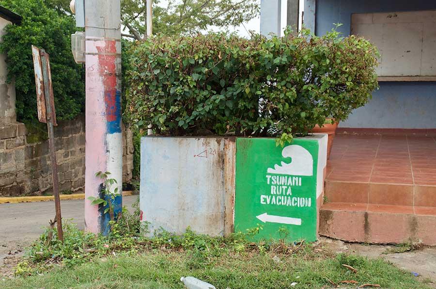 Cartel indicando ruta de escape tsunami