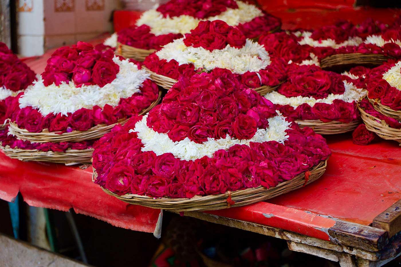 Ofrenda flores mezquita Ajmer, India