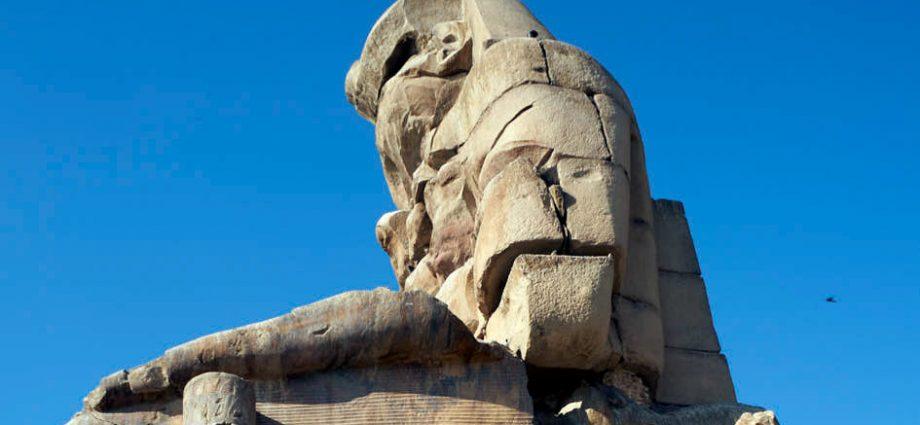 lateral de uno de los Colosos de Memnón